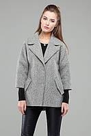 Асимметричное женское пальто светло серого цвета, прямого кроя
