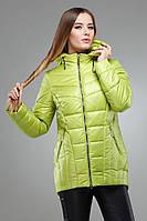 Модная демисезонная куртка полуприталенного фасона, оливкового цвета