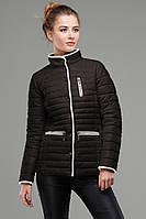 Весенняя однотонная куртка приталенного фасона с контрастным кантом.