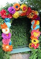 Яркая арка из бумажных цветов