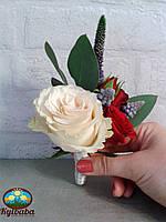 Бутоньерка жениха в бело-красном цвете