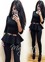 Яркий женский костюм с баской у-1110439