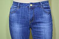 Джинсы женские с высокой талией, приуженные, эластичные, синие с легкой теркой, минимум декора, размеры 28-33.