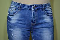 Джинсы женские, приуженные, ткань мягкий деним, с подворотом, потертые с  легкой  рванкой, размеры 28-33.