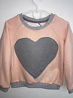 Стильный детский свитшот цвета пудры с принтом сердце. Размеры: 116-146