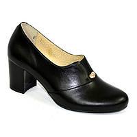 Женские классические кожаные туфли на каблуке, декорированы фурнитурой. 40 размер