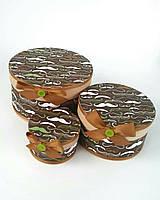 Круглая подарочная коробка ручной работы для мужчин в коричневом тоне с принтом из усов