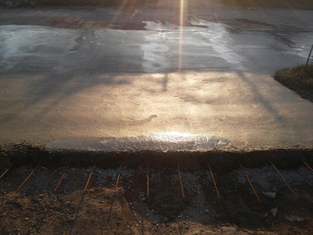 Небольшая особенность. В дальнейшем заказчик планирует бетонировать внутреннюю часть двора, поэтому на месте стыка нынешнего и будущего бетона сделаны выпуски арматуры, чтобы эти бетонные основания впоследствии смогли соединиться.