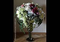 Напольная композиция из искусственных цветов.