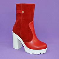 Женские красные зимние ботинки на каблуке.
