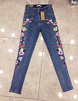 Стильные женские джинсы с вышивкой