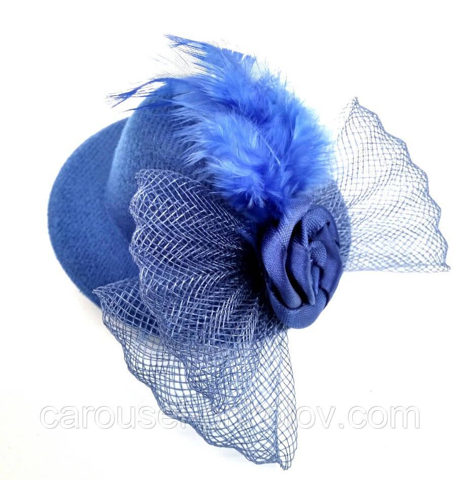 Женская мини шляпка заколка с розочкой и перьями синяя