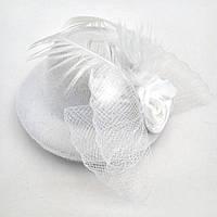 Женская мини шляпка заколка с розочкой и перьями белая