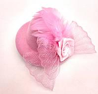 Женская мини шляпка заколка с розочкой и перьями светло-розовая