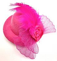 Женская мини шляпка заколка с розочкой и перьями розовая