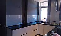 Кухонный фартук из окрашенного сверх-прозрачного стекла на заказ.