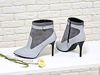Ботинки на на шпильке из натуральной кожи серого цвета с камнем