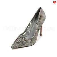Туфли на шпильке с узорными вырезами и камнями Basconi