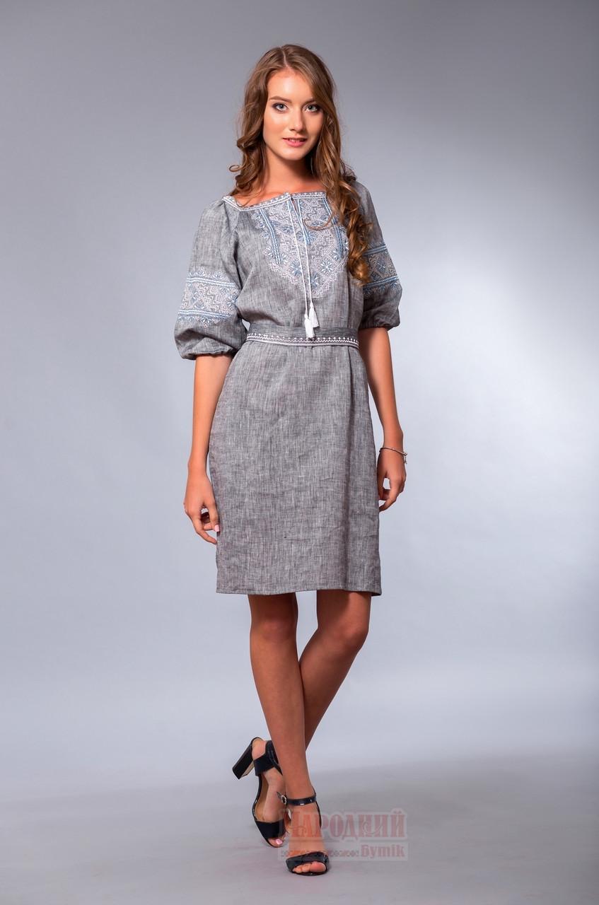 Серое платье с вышивкой