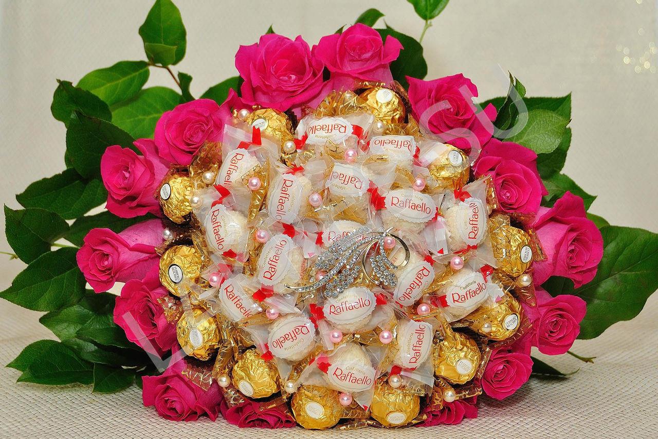 Букет из конфет Рафаэлло и Ферреро Роше с живыми розами