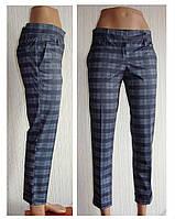 Укороченные брюки семь восьмых с манжетом на двух пуговках.