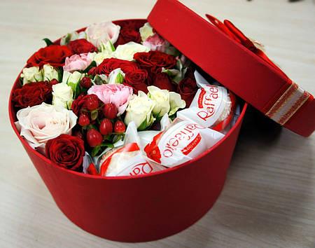 """Розы и конфеты Рафаэлло в коробочке """"Сюрприз для именинницы"""""""