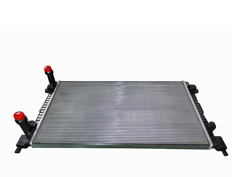 Радиатор охлаждения Fiat Doblo 2001- (1.4-1.6 1.9D) 650*400мм по сотах KEMP