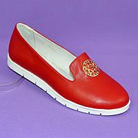 Женские кожаные туфли-мокасины на утолщенной белой подошве. Цвет красный. 40 размер