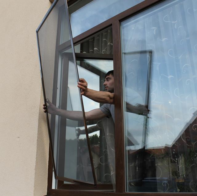 Преимущества москитных сеток на пластиковые окна