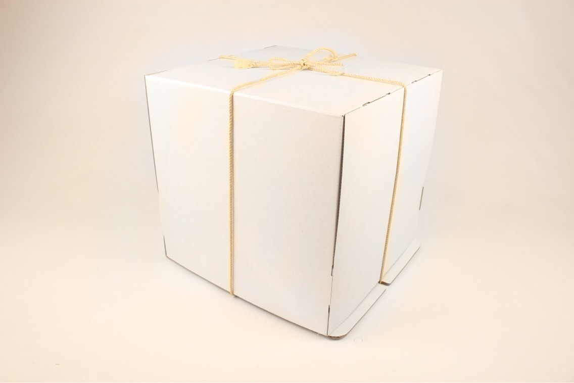 Коробка самосборная для торта с бечёвкой 40*40*30(код 05774)