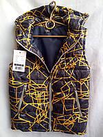 Жилетка подростковая черного цвета с жёлто-серыми разводами