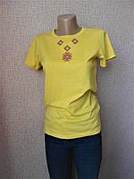 Желтая футболка с геометрической вышивкой