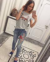 Голубые женские джинсы с вышивкой и пайетками
