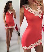 Соблазнительное платье-мини украшено красивым кружевом по вырезу декольте и низу