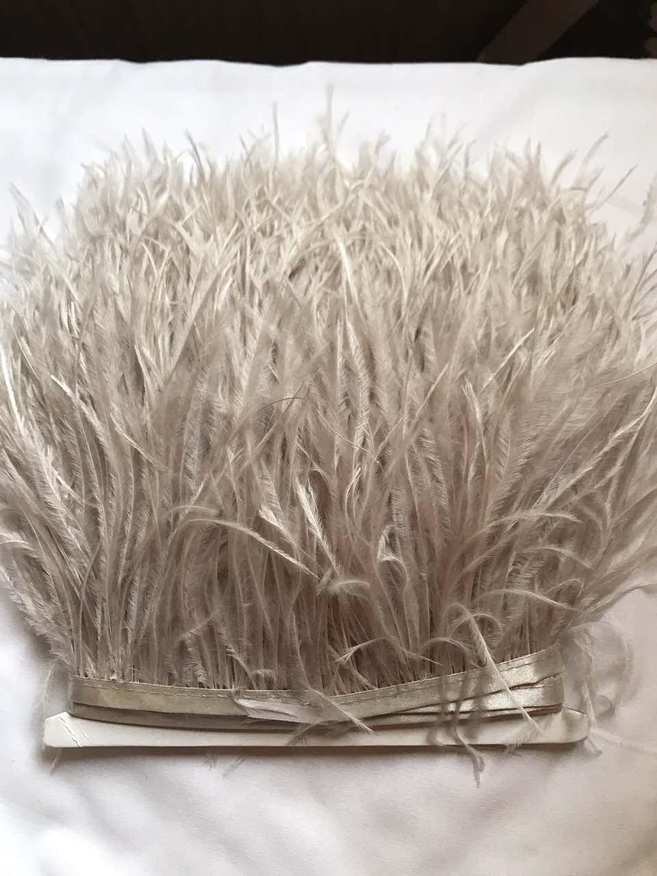 Перьевая тесьма из перьев страуса .Цвет светло серый.Цена за 0,5м