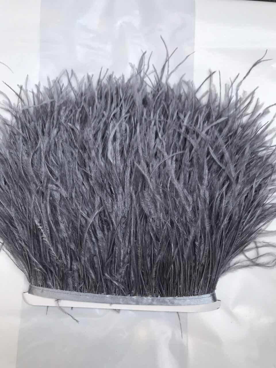 Перьевая тесьма из перьев страуса .Цвет темно серый.Цена за 0,5м