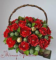 """Червоні троянди з цукерками """"Спалах"""""""