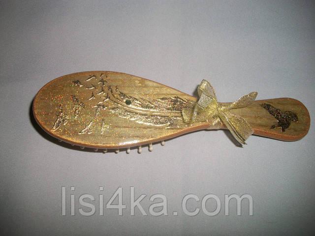 Деревянная расческа-щетка золотистого цвета