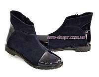 Женские зимние ботинки на низком ходу, натуральный замш и лак синего цвета.