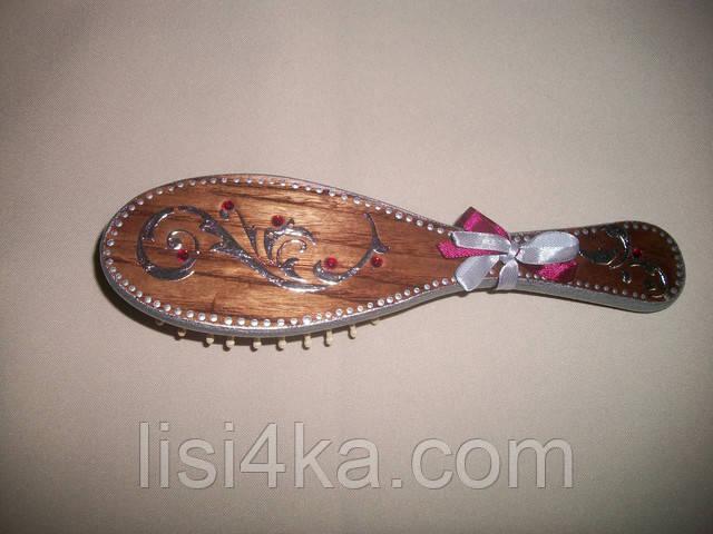 Деревянная расческа-щетка с серебряным орнаментом и красными стразами