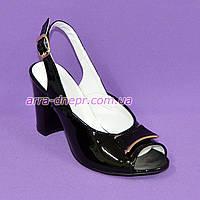 Кожаные лаковые женские босоножки на каблуке декорированные брошкой, фото 1