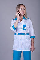 Бело-синий женский медицинский костюм.