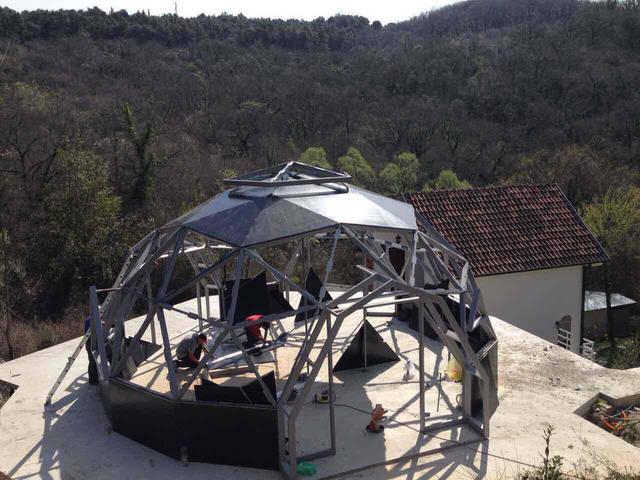 Сборка каркаса купольного дома
