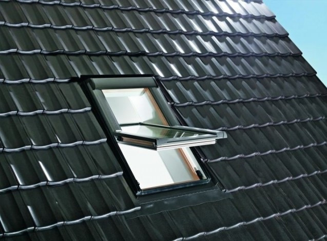 Мансардное окно Roto с центральной осью поворота R4 74х140 см пластик