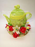 Салатовый чайник ручной работы с цветами из конфет