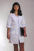 Белый медицинский халат с зеленой окантовкой.
