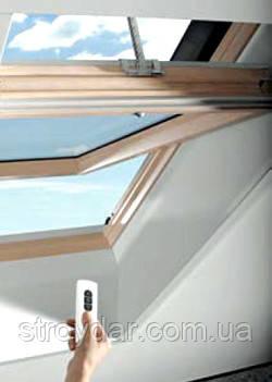 Дистанционно управляемое мансардное окно Roto с центральной осью поворота R4 740х1180мм дерево
