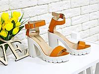 Босоножки оранжевого цвета на белом толстом каблуке