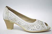 Белые женские туфли на каблуке