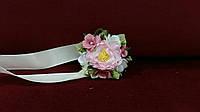 Бутоньерка на руку розовая(цветочный браслет)